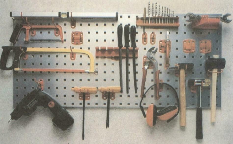 Полка под инструментСвоими руками для дома в